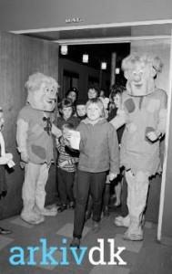 Fred og Barney deler balloner ud ved Vestkystens julematiné, 1963