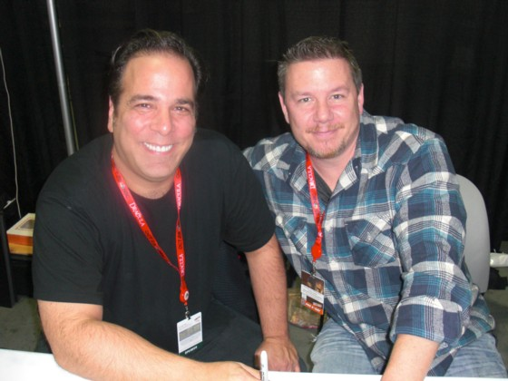Jimmy Palmiotti (tv) og hans forfatter makker Justin Gray.