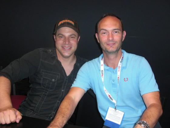 Messe gæster Geoff Johns (tv) og Gary Frank signerer i DC boden.