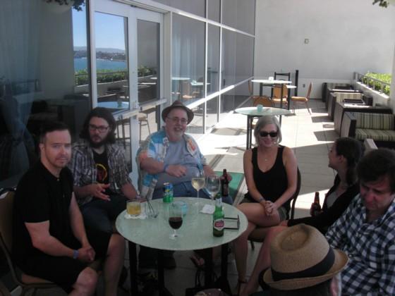I gode venners selskab i Hiltons udendørs bar, efter Image Expo.
