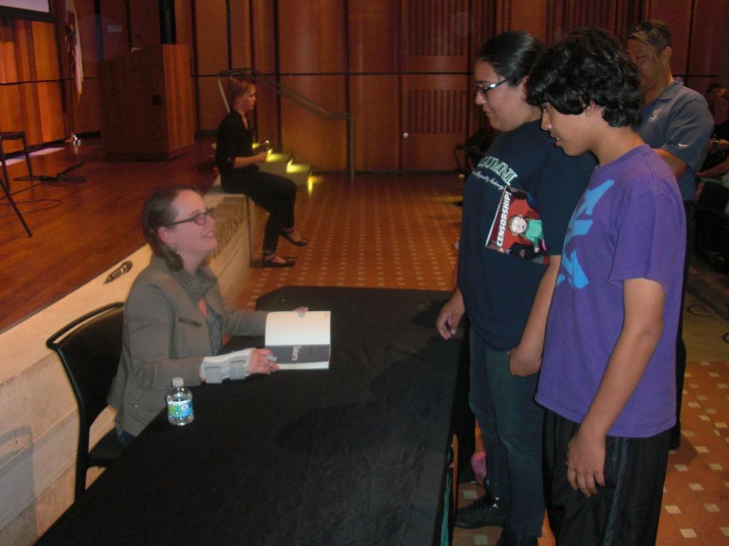 Raina Telgemeier signerede for en masse børn og unge efter sit foredrag.