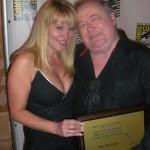 Forfatter Don McGregor fik overrakt Bill Finger prisen til Eisner Awards. Her sammen med sin datter Lauren.