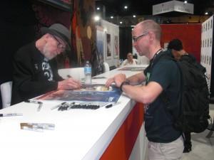 Glad dansk fan får signeret en tegneserie af Frank Miller i Dark Horse boden.
