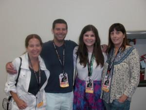 Jack Kirby's børn og børnebørn. Fra venstre er det Jack's søn Neal's 3 børn. Tracy, Jeremy & Jillian, samt Jack's datter Lisa yderst til højre.