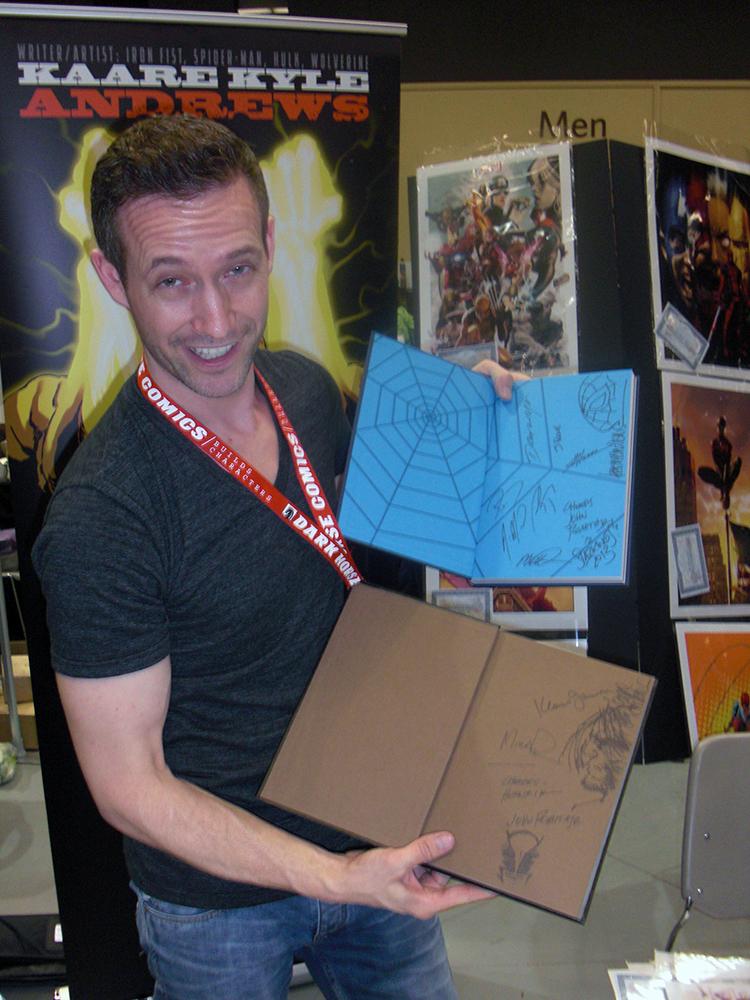 Kaare Andrews som signerede og lavede tegninger i mine 2 medbragte tegneserier.