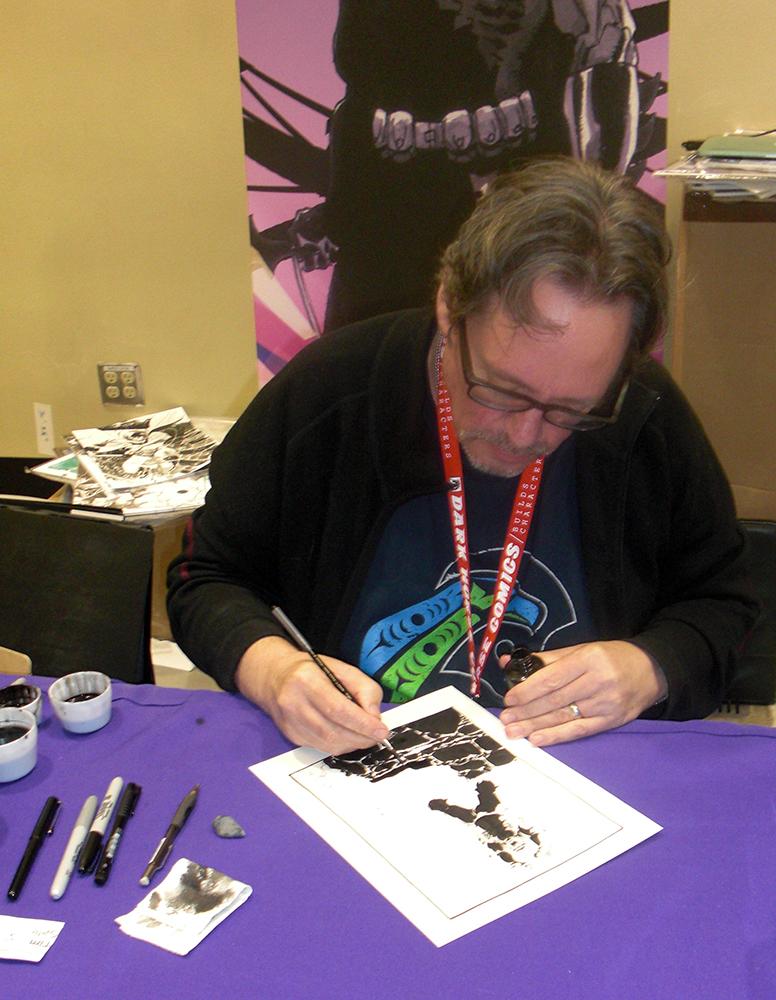 Tim Sale i gang med et fed Hulk tegning til en fan.
